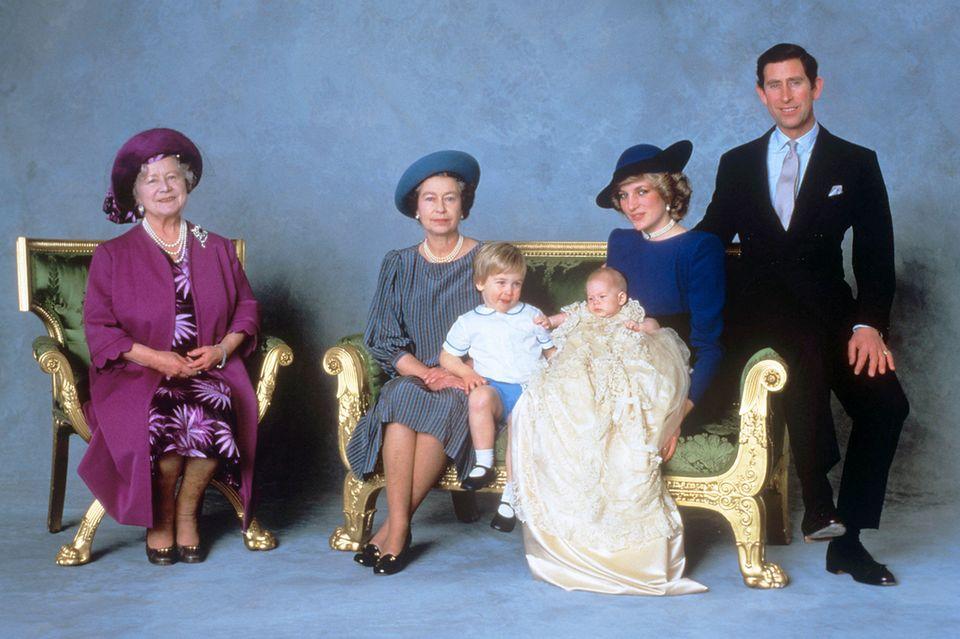 Königinmutter Elizabeth (†101), Queen Elizabeth, Prinz William, Prinzessin Diana (†36) mit Prinz Harry und Prinz Charles.