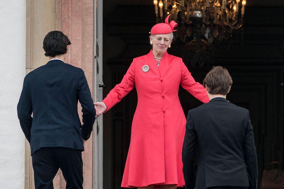 Königin Margrethe gewährt Prinz Felix (r.) –ebenso wie zuvor dessen Bruder Prinz Nikolai (l.) – Unterschlupf nach dem Abbruch der militärischen Grundausbildung