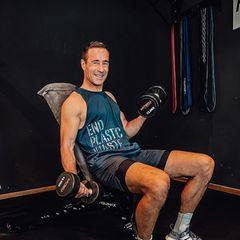 Sportliche Stars: Kai Pflaume trainiert mit Gewichten seine Oberarme