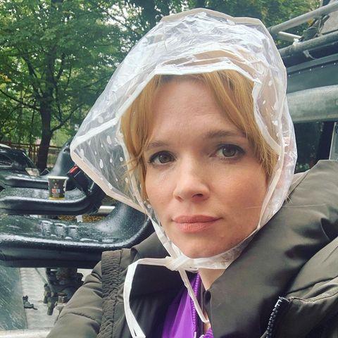 Stars am Set: Karoline Herfurth mit Regenhaube bei den Dreharbeiten