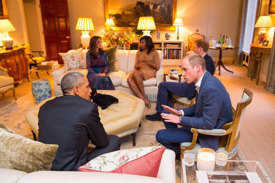 Prinz William, Prinz Harry und Herzogin Catherine empfingen Barack Obama und Michelle Obama 2016 in ihrem privaten Wohnzimmer des Kensington Palastes.