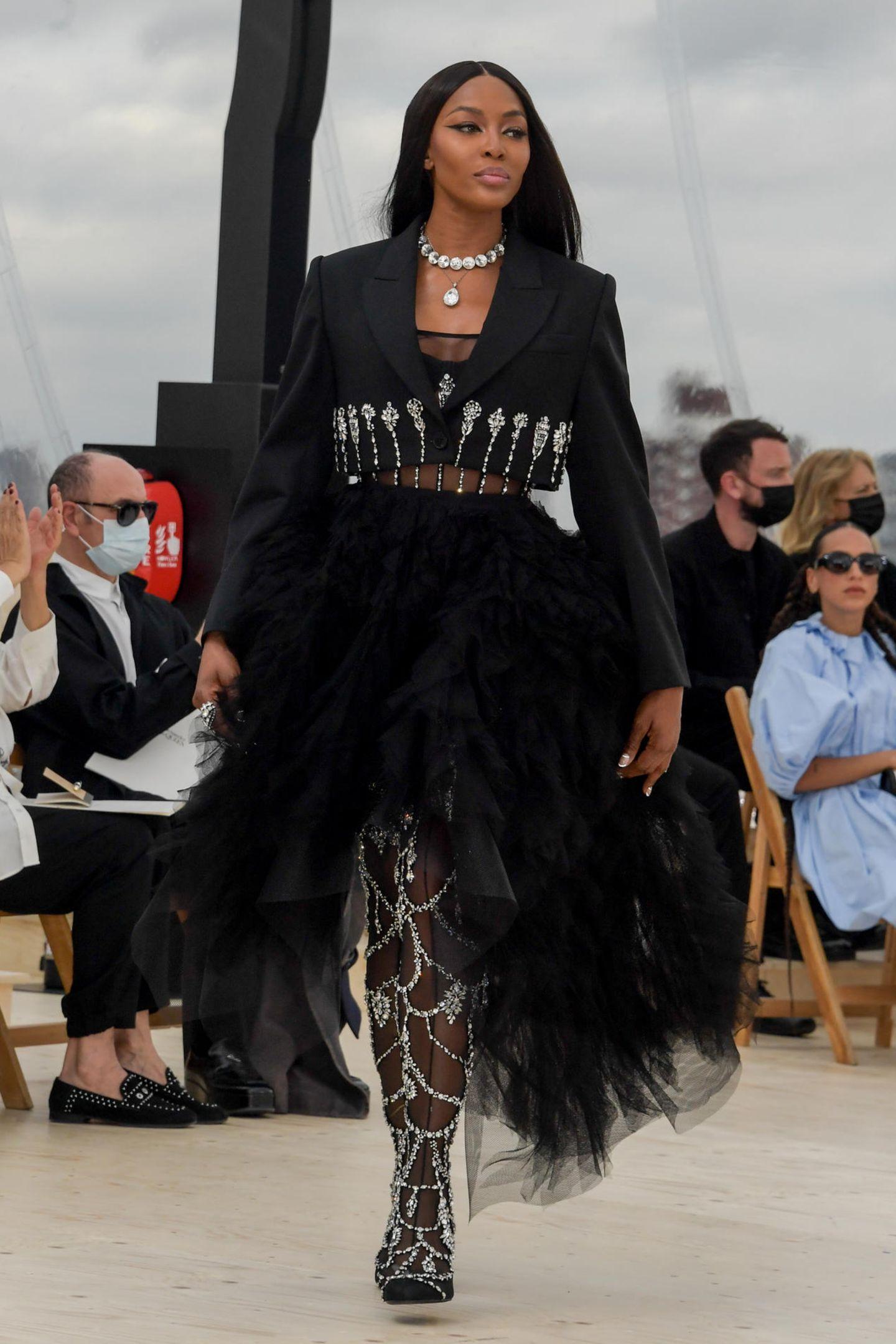 Naomi Campbell kehrt auf den McQueen-Laufsteg zurück! Das Supermodel beendetSarah Burtons S/S 2022-Show in London am Dienstag (12. Oktober 2021). Die Fashion Week in der britischen Hauptstadt hatte eigentlich schon vor einem Monat stattgefunden, dennoch zeigte das britische Label seine modische Version für den Sommer 2022 erst jetzt. Obwohl Naomiein Liebling des britischen Designers war, modeltesie seit seinem Tod 2010 nicht mehr für das Label. Am gestrigen Dienstag beendet sie nun die Show auf fulminante Art und Weise.