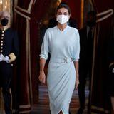 Königin Letizia in weißem Wickelkleid