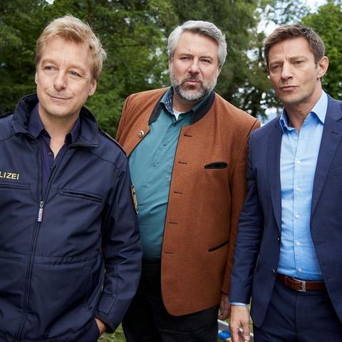 """ZDF-""""Rosenheim-Cops"""": Polizeihauptmeister Mohr (Max Müller), Kommissar Anton Stadler (Dieter Fischer, M.) und Kommissar Sven Hansen (Igor Jeftić, r.)"""