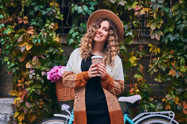 Frau mit Cardigan, Strickjacke, Cardigan Trend, Herbst