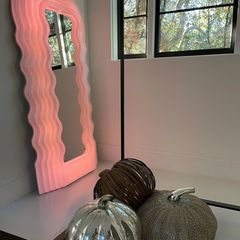 Dieses Kürbis-Trio schimmert in dieser Ecke des Hauses und verleiht Halloween eine ordentliche Portion Glow.