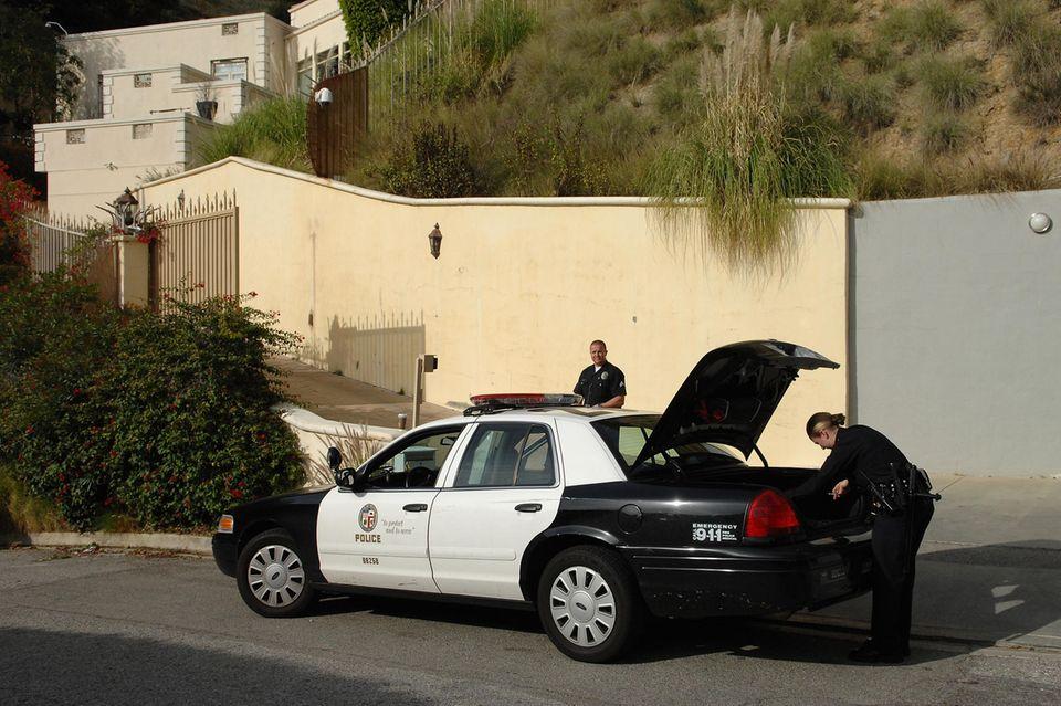 Polizisten stehen am Tag von Brittany Murphys Tod am 20. Dezember 2009 vor ihrem Haus in den Hollywood Hills in L.A. Vor dem Kauf 2003 wohnte hier Popstar Britney Spears.