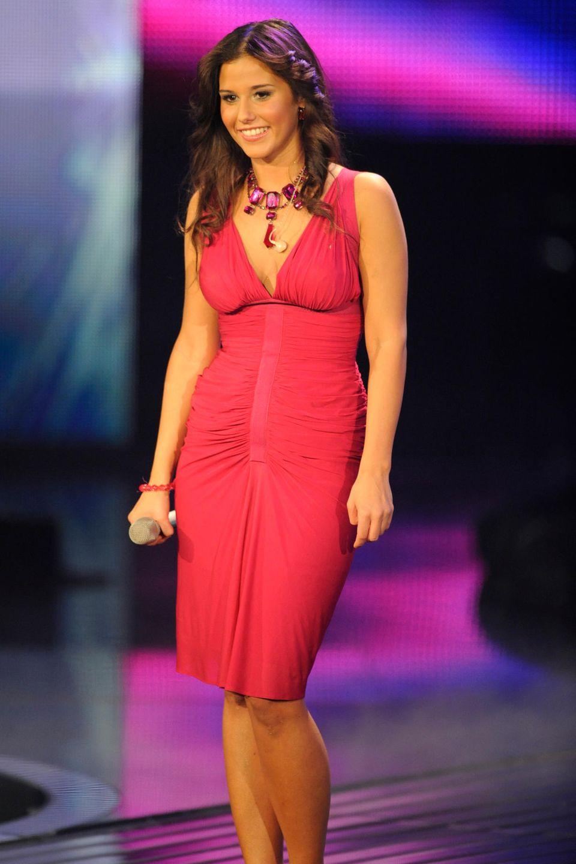 Sarah Engels auf der DSDS-Bühne im roten Kleid