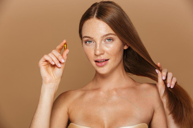 Glossip: Expertin verrät: Was es mit Beautification auf sich hat: Rothaarige mit Tablette