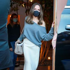 Angelina Jolie verlässt einen Buchhandel.