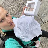 Gezwitscher: Toni Garrn mit Babytrage durch Berlin