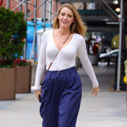 Blake Lively ist eine der schönsten Frauen der Welt. Bei einem Spaziergang durch New York lichten Fotografen sie in einem Look ab, der eindeutig Geschmacksache ist. Das Basic-Longsleeve in Weiß ist da noch das geringste Übel. Die Kombination aus derben Wanderschuhen und eleganter Anzughose in Nadelstreifen-Optik gefällt sicherlich nicht jedem. Ob die einzelnen Pieces nun zueinander passen oder nicht – Blake trägt ihr schönstes Accessoire sowieso im Gesicht: ihr zufriedenes Grinsen.