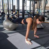 Sporltiche Stars: Ana Ivanovic´ hält Plank auf Gymnastikball