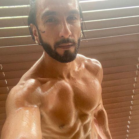 Bollywood-Superstar Ranveer Singh ist nach seinem Training nicht nur selbst ins Schwitzen gekommen, sondern bringt mit seinem 8-Pack und dem passenden Selfie auch seine Fans dazu. Seine Frau und ebenfalls Bollywood-Superstar Deepika Padukone kann sich wirklich glücklich schätzen.