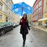 Jasmin Wagner trägt einen Regenschirm