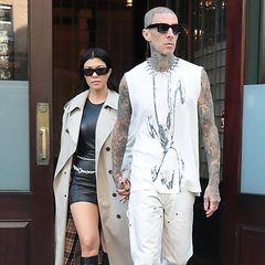 Kourtney Kardashian und Travis Barker schweben noch immer aus Wolke sieben. Gleich in zwei verschiedenen Date-Looks zelebrieren sie einen Dating-Marathon in New York. Passend zu Tag und Nacht ist das Tagesoutfit schön hell. Kourtney setzt mit ihrem Burberry-Mantel auf einen Klassiker, Travis hingegen bleibt seinem Punk-Look treu und trägt eine Nietenkette zum beigefarbenen Tank-Top.