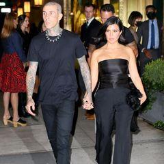 Am Abend begeistern die Turteltauben im schwarzen Partnerlook, bei dem beide ihrem persönlichen Stil treu bleiben. Kourtney Kardashian kombiniert eine schwarze Marlenehose zum trägerlosen Satin-Top. Travis Barker entscheidet sich ebenfalls für eine Stoffhose, anstatt einem Hemd trägt er aber ein T-Shirt zum Dinner-Date.