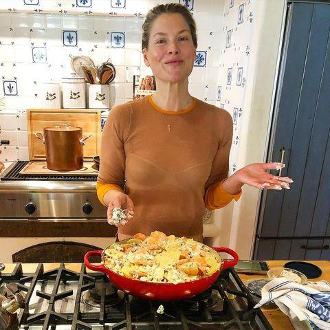 In der Küche von Ali Larter gibt es leckeres Kartoffelgratin mit Gorgonzola. Und das Gericht sieht fast so gut aus, wie die Küche selbst, die mit weiß-blauen Lilien-Kacheln, Kupfer-Töpfen und großem Gasherd so richtig schön urig aussieht.