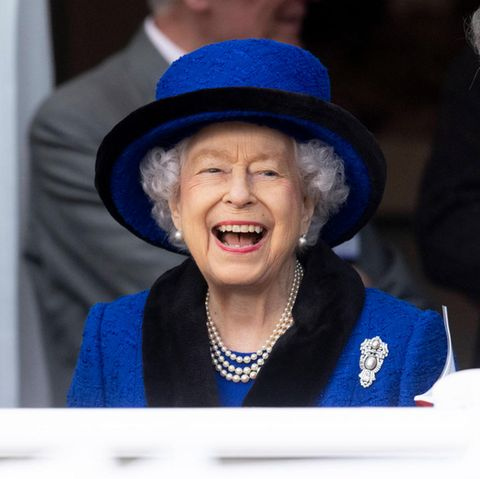 16. Oktober 2021  Wirklich königlich ist die Stimmung von Queen Elizabeth! Kein Wunder, sie genießt die Atmosphäre beimQipco British Champions Day in Ascot. Und der ehemalige JockeyWillie Carson (l.) und ihr RennleiterJohn Warren scheinen wirklich gute Gesprächspartner zu sein.