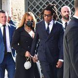 Beyoncé und Jay-Z haben sich für die Hochzeit von Rimowa-Präsident AlexandreArnault und seiner BrautGeraldine Guiotte in Veedig in Schale geschmissen. Jay-Z trägt einen dunkelblauen Zweireiher, Beyoncéunter ihrem Mantel ein mintfarbenen Seidenlook mit großzügigem Dekolleté. Genau dieser Mantel allerdings irritiert: Schwarze Kleidung auf einer Hochzeit zu tragen, ist eigentlich ein Tabu. Schließlich ist es keine Trauerfeier.