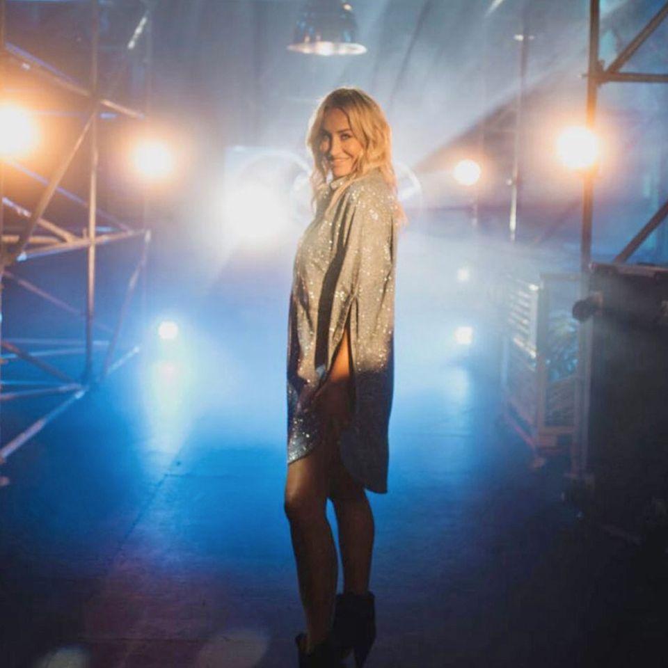 """2021  Sarah Connor ist erstmals bei der 11. Staffel von der Kult-Show """"The Voice of Germany"""" als Coach mit dabei. Die bunten Strähnen sind mittlerweile wieder blond, dafür sind ihre Haare geringfügig länger geworden."""