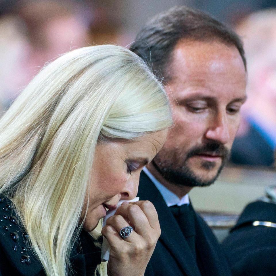 Die Prinzessin kann ihre Tränen nicht zurückhalten. Womöglich auch, weil das brutale Attentat an die grausamen Anschläge von Oslo und Utøya im Juli 2011 erinnert, bei denen auch Mette-MaritsStiefbruder Trond Berntsen getötet wurde.