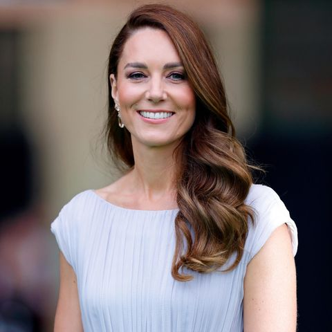 """Was für ein Look. Mit ihrem Auftritt beim """"EarthShot Prize"""" im Londoner Alexandra Palace haut Herzogin Catherine wieder einmal alle um. Doch nicht nur ihr Kleid überzeugtauf ganzer Linie – vor allem ihre Frisur sorgtfür Aufsehen. Mit rötlichen Reflexen, eleganten Waves und dem zur Seite gelegten Style präsentiert Kate einen ganz neuen Look, den wir so noch nie an ihr gesehen haben."""