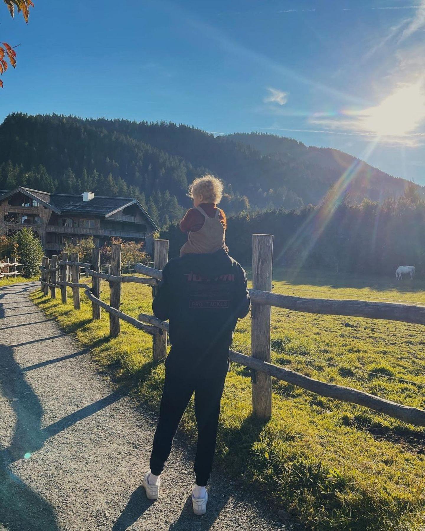 Familienbande: Dustin Schöne trägt Tochter Zoe auf den Schultern
