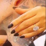 """Dank Schwester Kim Kardashian wissen wir, wie Kourtneys Ring aussieht. Doch wie viel hat dieser Klunker wohl gekostet? Diamantexperte James Harris von Diamonds Factory gibt eine Einschätzung: """"Kourtneys Diamant schätze ichauf 14mm mal 10mm, was in etwa 5,80 bis6 Karat entspricht. Erhat eine atemberaubende weiße Farbe und ich vermute, dass er mindestens eine Reinheit vom Grad VVS aufweist. Aus meiner Sicht hat Kourtneys Diamantring etwa 800.000 bis850.000 Eurogekostet."""""""
