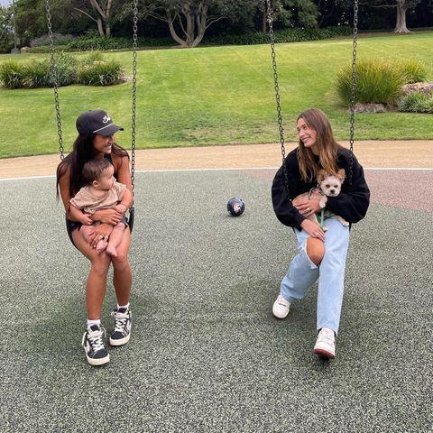 Hollywuff: Hailey Bieber mit Hund auf Schaukel