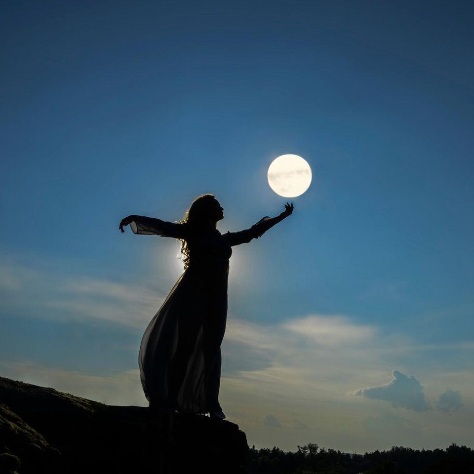Hunter's Moon am 20.10.2021: Eine Frau mit dem Mond
