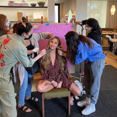 Assistenten der Stars: Chrissy Teigen beim Shooting