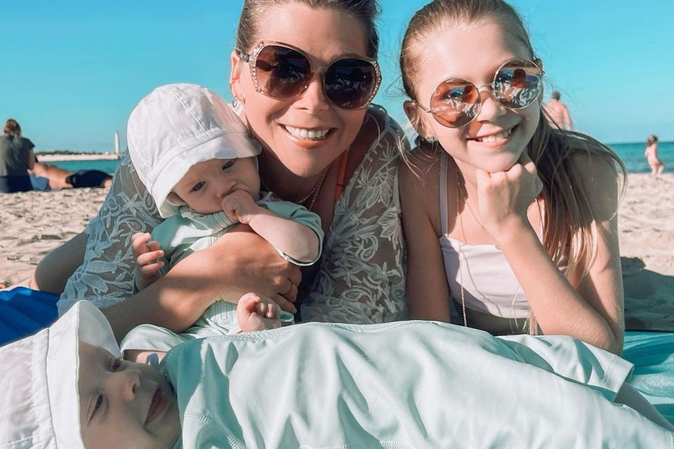 Sprösslinge: Tanja Szewczenko und ihre Kinder am Strand in Sizilien