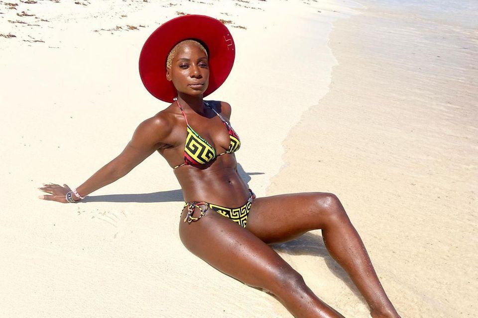 Nikeata Thompson lässt am Strand von Mexiko ordentlich ihre Muskeln spielen. Und dabei sieht die Tänzerinso tiefenentspanntaus.Die Urlaubssonne scheintnicht nur ihren Fitness-Body in ein gutes Licht zu rücken, auch sie selber wirkt erholt und absolut selbstsicher.