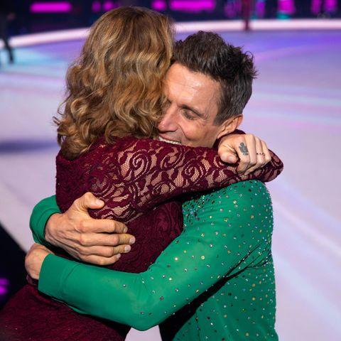 Janni Hönscheid und Peer Kusmagk umarmen sich