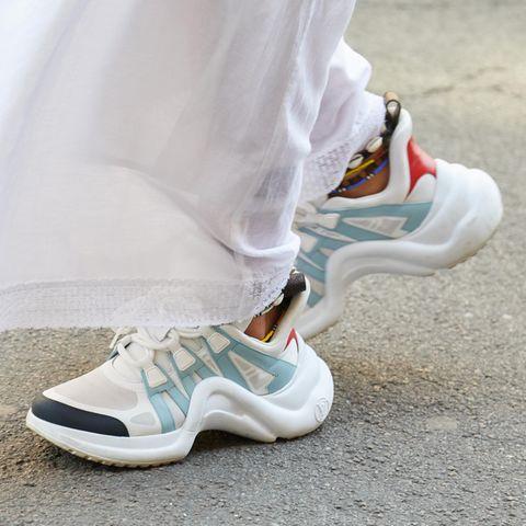 Bunte Sneaker auf der Straße, Turnschuhe