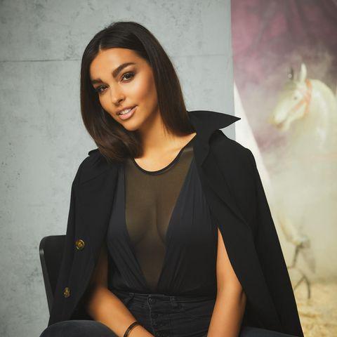 Lili Paul-Roncalli posiert im All-Black-Outfit auf einem Bürostuhl