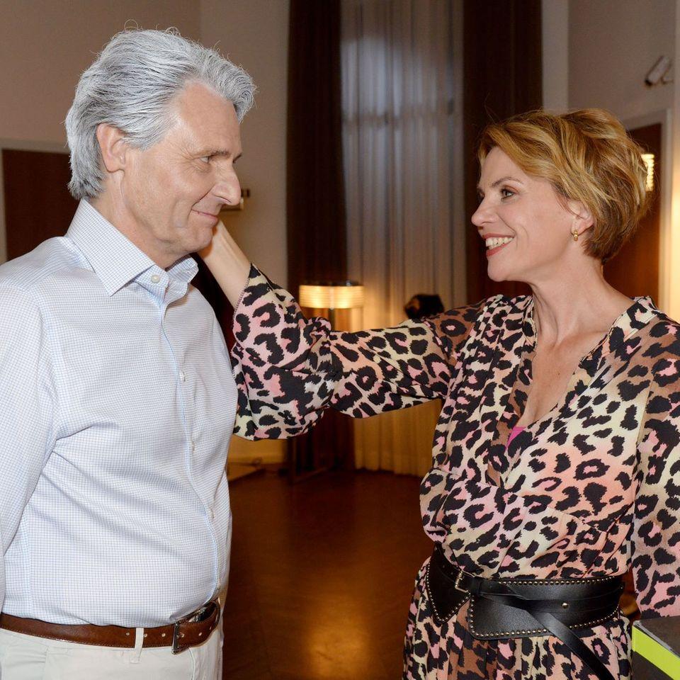"""In Folge 7.366 von """"Gute Zeiten, schlechte Zeiten"""" überrascht Jo Gerner (Wolfgang Bahro) Yvonne (Gisa Zach) plötzlich mit weißem Haar."""