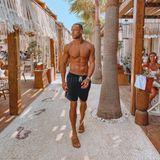Andrej Mangold posiert Oberkörper frei auf Mykonos.