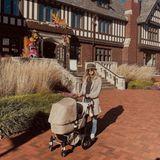 """Für längere Ausflüge durch die Herbstsonne setzt """"Victoria's Secret""""-Model Alena Blohm auf einen praktischen Kinderwagen von Bugaboo in Sandfarben. So stylisch – und für Baby Gray bequem – geht es für die zwei auf großeEntdeckungstour durch die Nachbarschaft in Westport im US-BundesstaatConnecticut."""