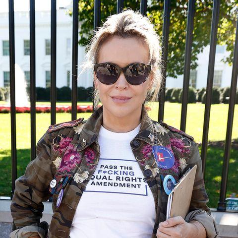 """Schauspielerin und """"People For the American Way""""-Vorstandsmitglied Alyssa Milano am 19. Oktober 2021 beim """"No More Excuses: Voting Rights Now""""-Treffen vor dem Weißen Haus"""