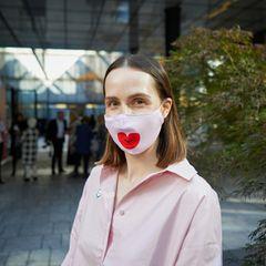 WSNF: Gast mit rosa Mundschutz vor der Location