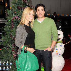 Jason Biggs und Schauspielkollegin Jenny Mollen sind seit 2008 glücklich verheiratet. Hier zeigen sich die beiden 2011 im entspannten Jeans-Look bei einer Filmpremiere in Hollywood.
