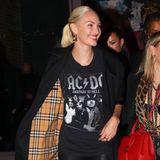 """Candice Swanepoel wird 33 Jahre alt. Das """"Victoria's Secret""""-Model feiert ihren großen Tag mit einem schicken Dinner in New York. Für diesen Anlass hat sich die zweifache Mutter besonders herausgeputzt: frisch erblondet strahlt sie in einer engen Lederhose, rockigem ADCD-Shirt und einem Trenchcoat von Burberry."""