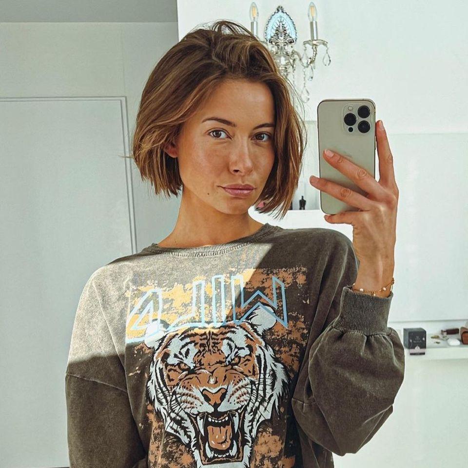 Jenny Lange posiert für ein Video vor dem Spiegel.