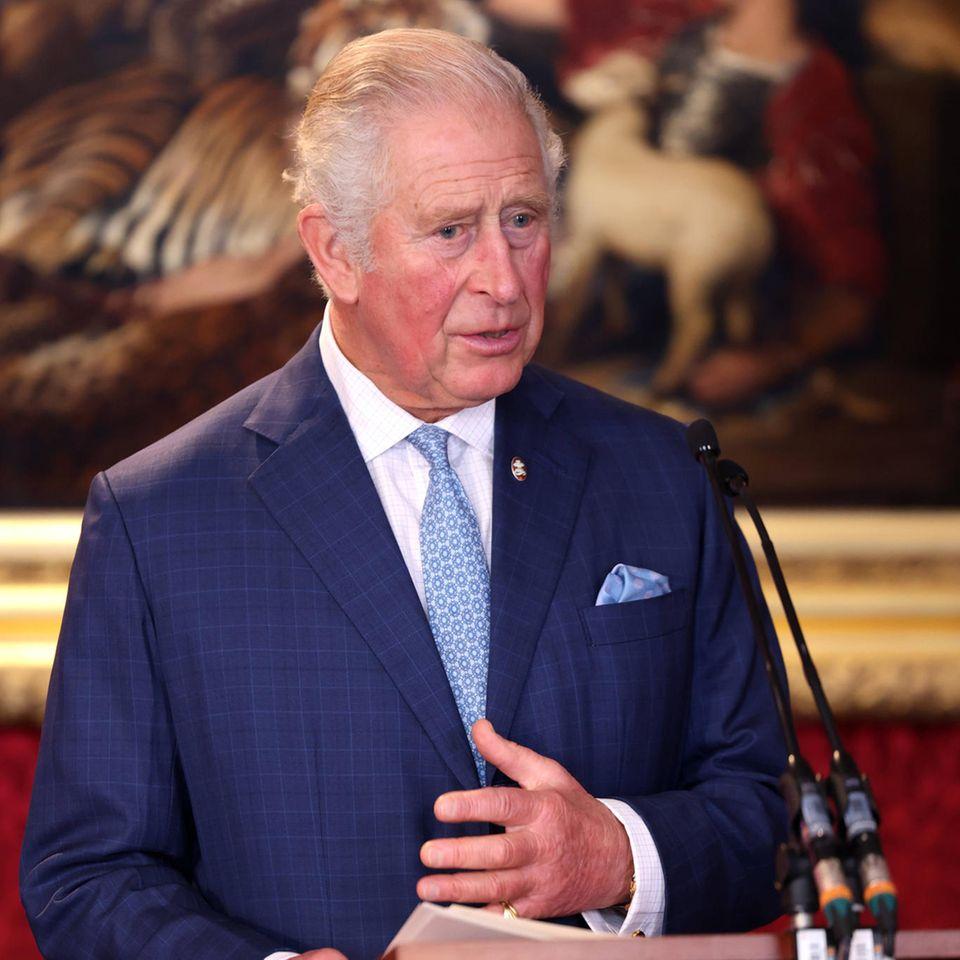 """Prinz Charles zeigt sich am 21. Oktober 2021 bewegt von den Schicksalen der """"The Prince's Trust""""-Preisträger."""