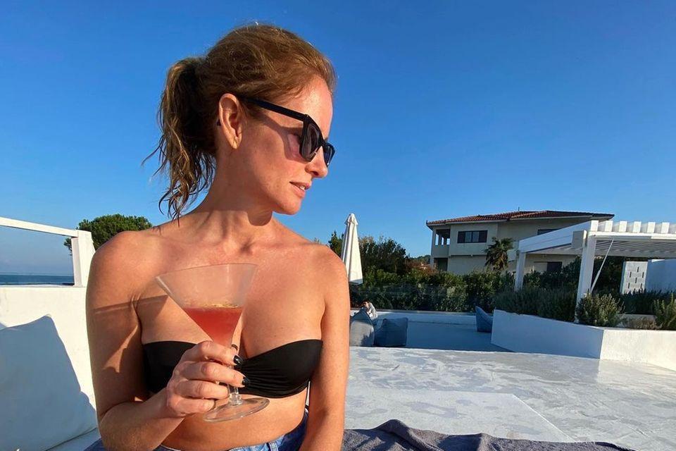Happy Hour: Mareile Höppner genießt Drink am Pool