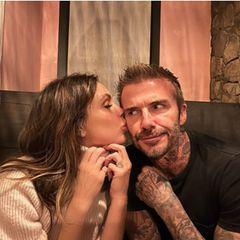 Familie Beckham: Victoria gibt David ein zartes Küsschen auf die Wange