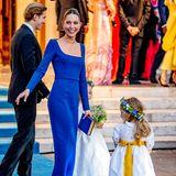 Prinzessin Maria-Olympia hat sich für ein eng anliegendes Mididress mit langen Ärmeln in einem kräftigen royalen Blauton entschieden – wie passend. Dazu trägt sie Manolo-Blahnik-Heels im selben Farbton.