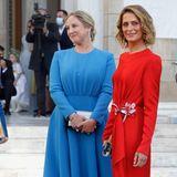 Wunderschöne Kleider und Gäste soweit das Auge reicht.Prinzessin Tatiana und Prinzessin Theodora von Griechenland zeigen sich bei der Hochzeit von Nina Flohr und Prinz Philippos in farbenfrohenKleidern – und sehen darin einfach grandios aus.